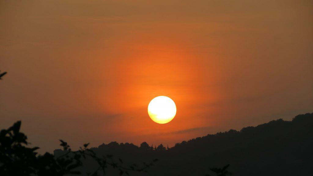 Der Sonnenuntergang zaubert immer wieder neue Gemälde an den Himmel.